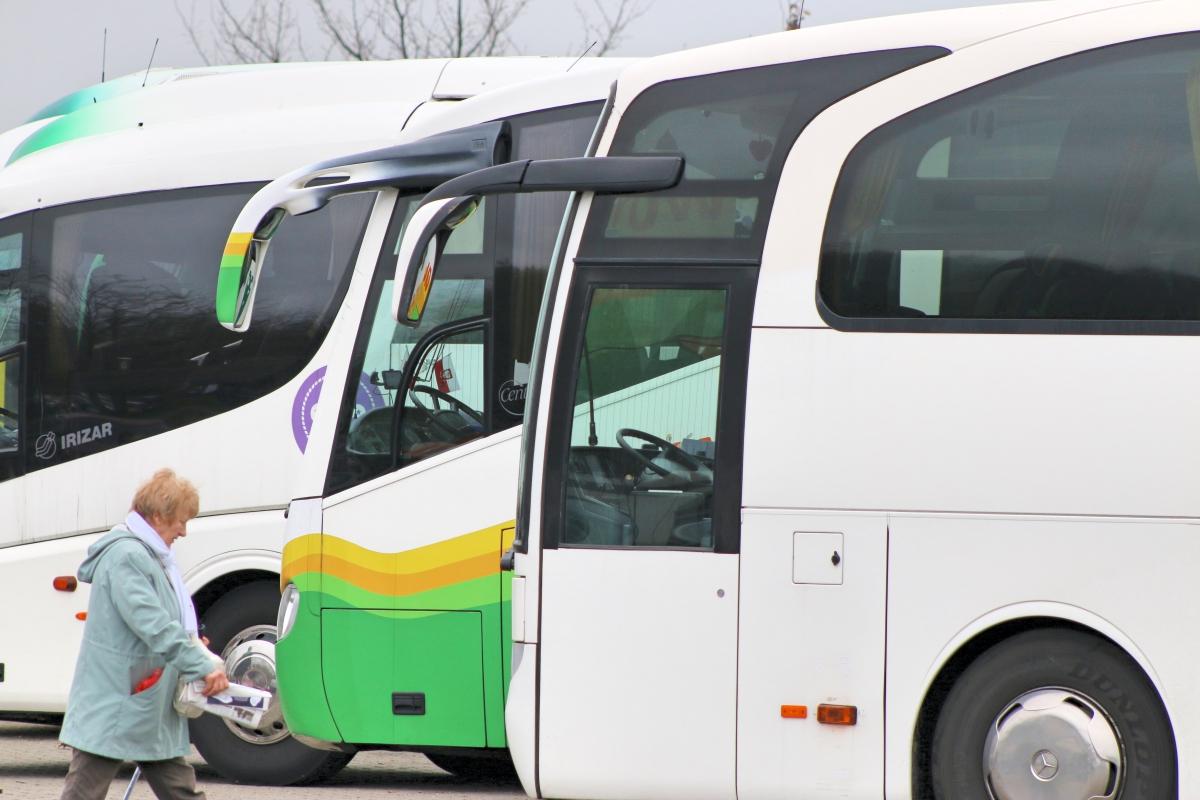 Licealista wypadł przez otwarte drzwi autobusu PKS