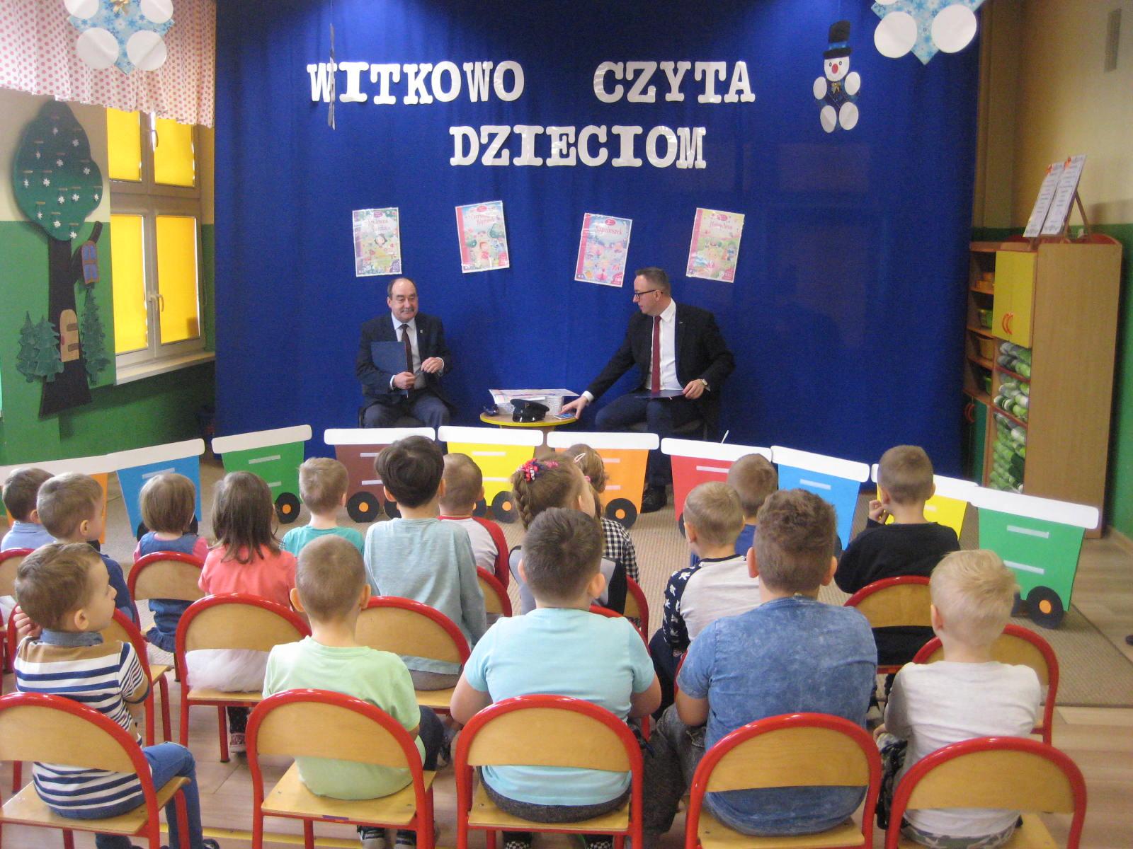 Burmistrz czytał dzieciom