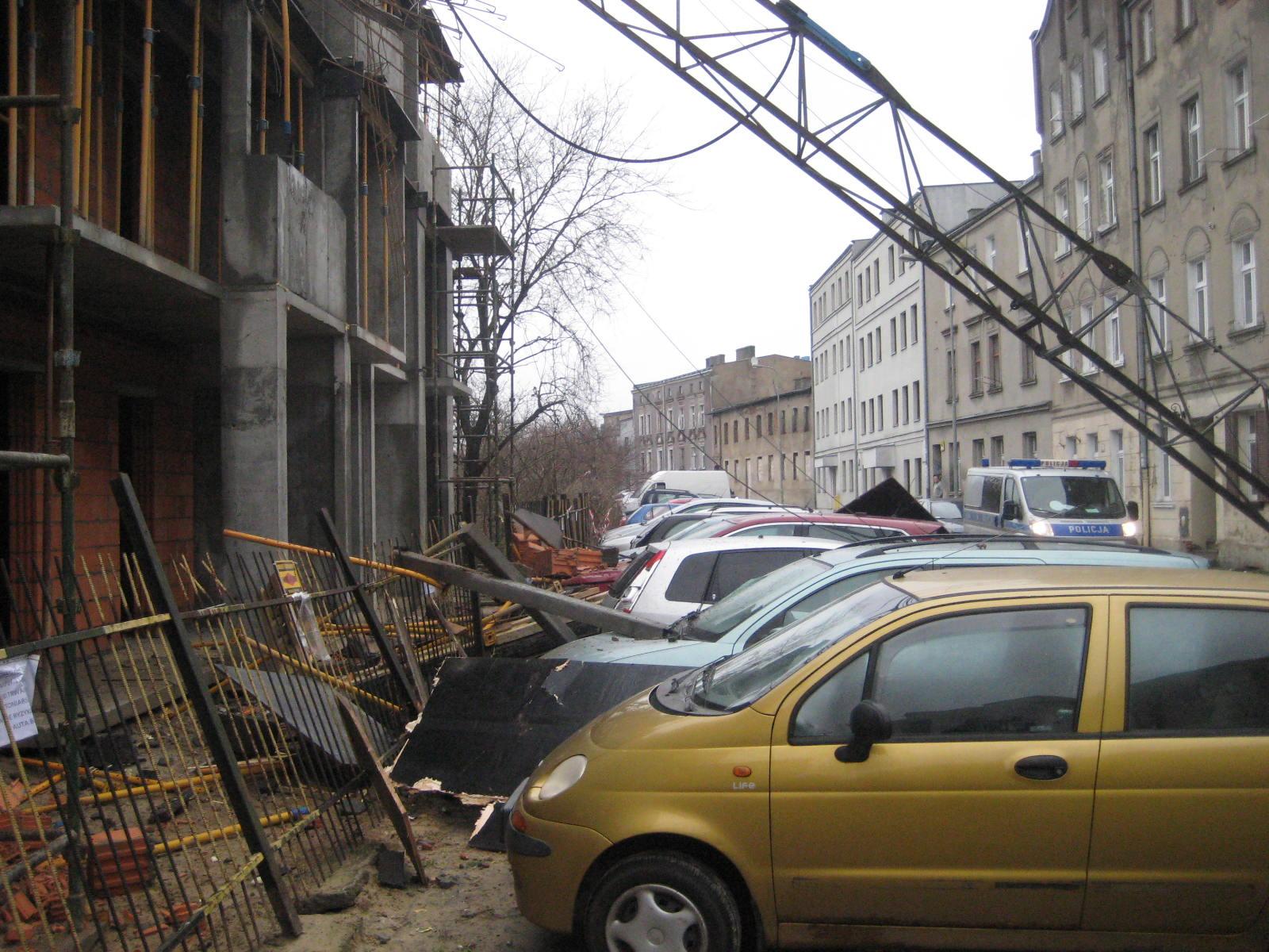 Wypadek budowlany w Gnieźnie. Żuraw runął na kamienicę