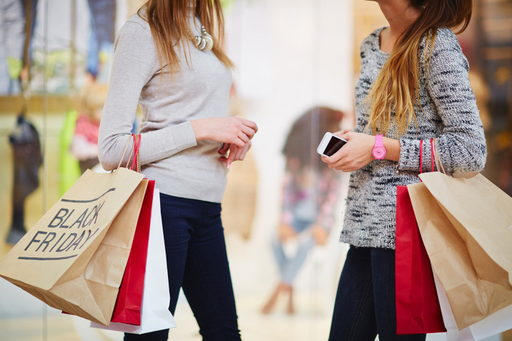 zakupy w galerii handlowej - Fotolia.pl
