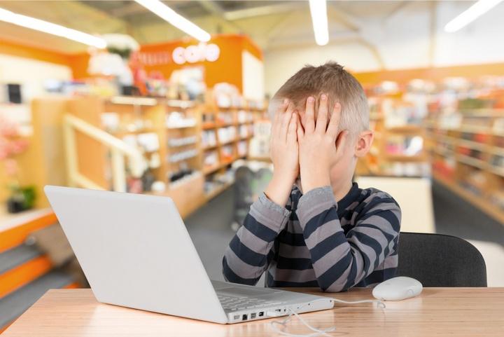 dziecko przed komputerem w internecie - Radio Merkury - Fotolia.pl