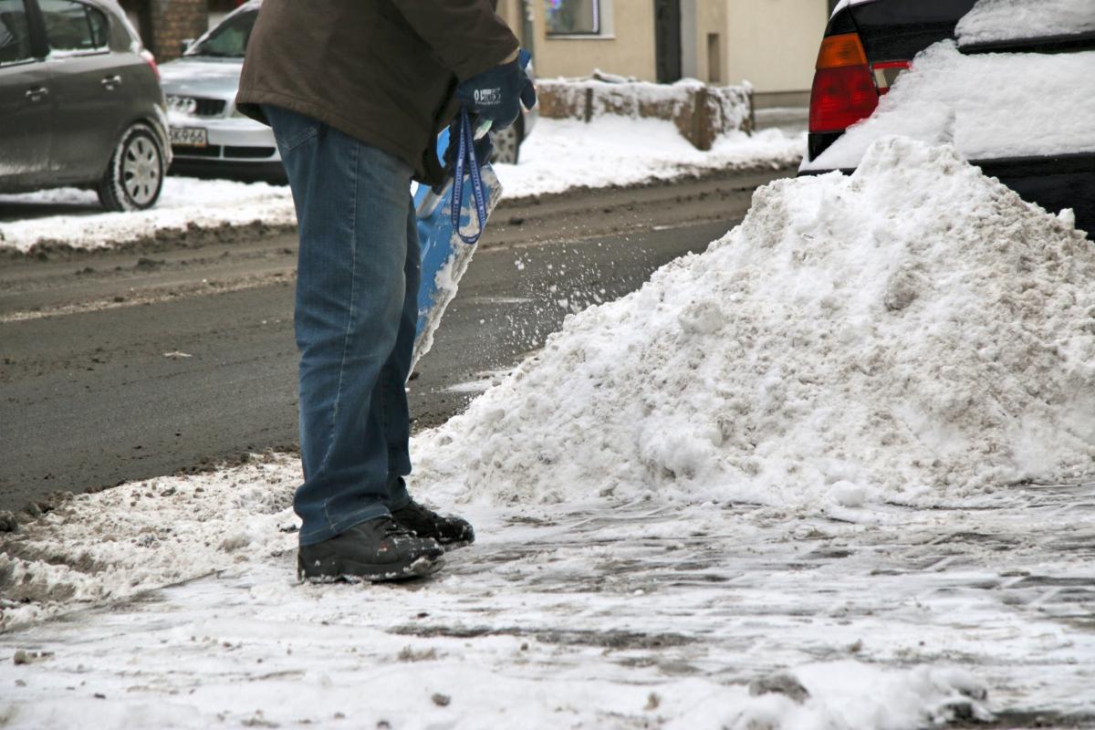 zima, odśnieżanie, szuflowanie, śnieg na chodnikach - Radio Merkury