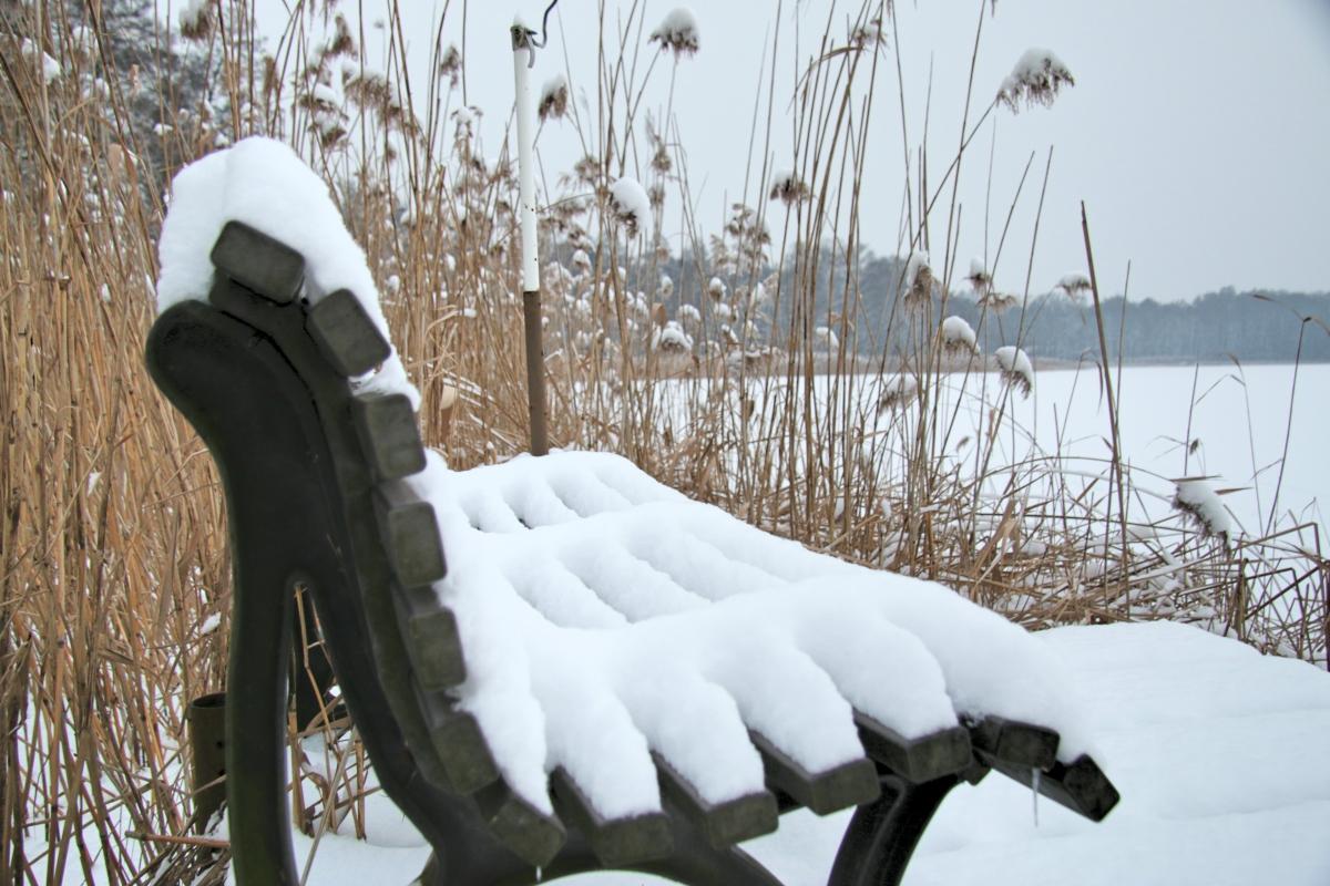 śnieg ośnieżona ławka zima - Szymon Mazur
