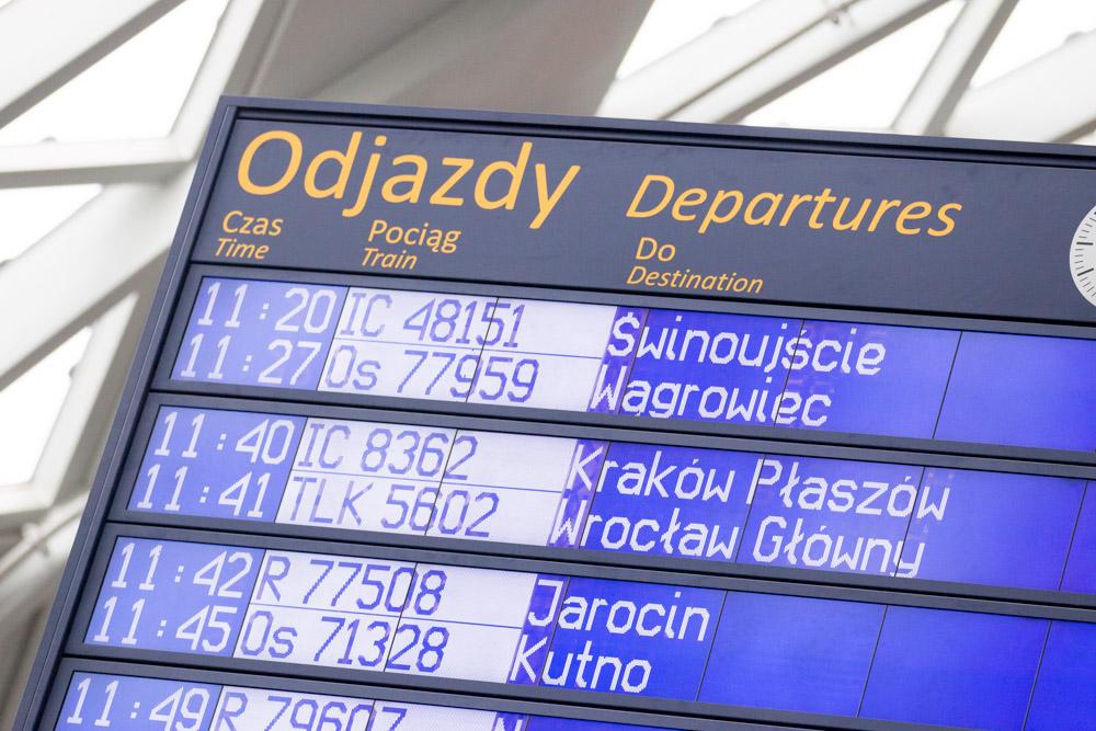 Dworzec PKP Poznań Główny tablica odjazdy - Anna Adamczyk