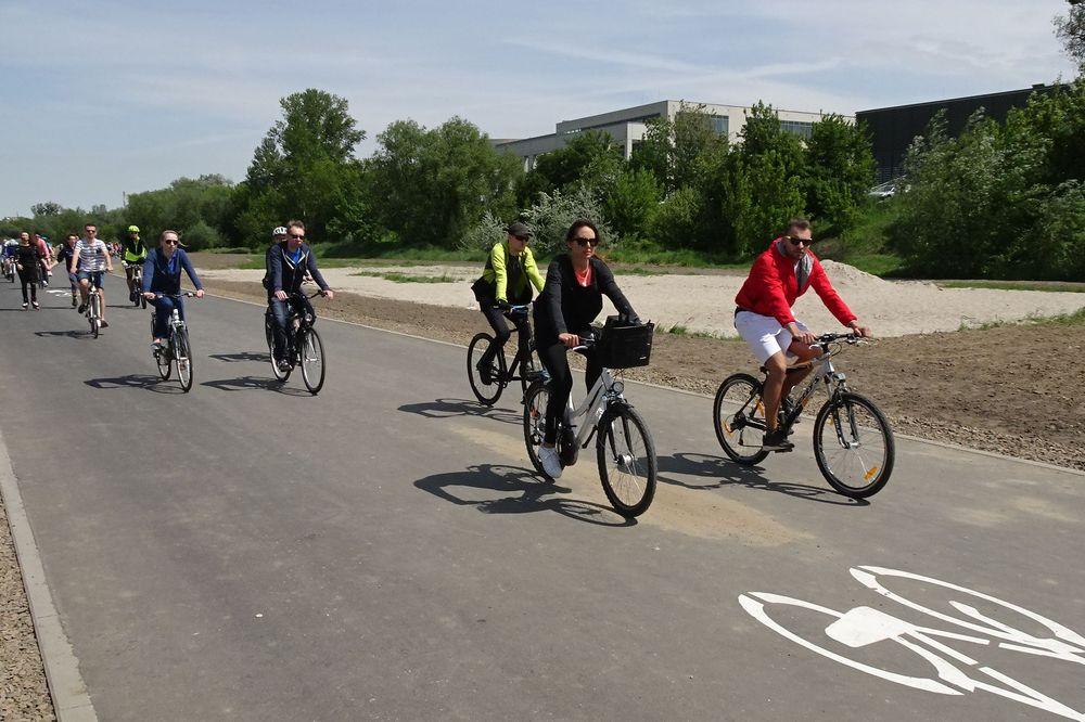 wartostradą jadą rowerzyści - Szymon Mazur