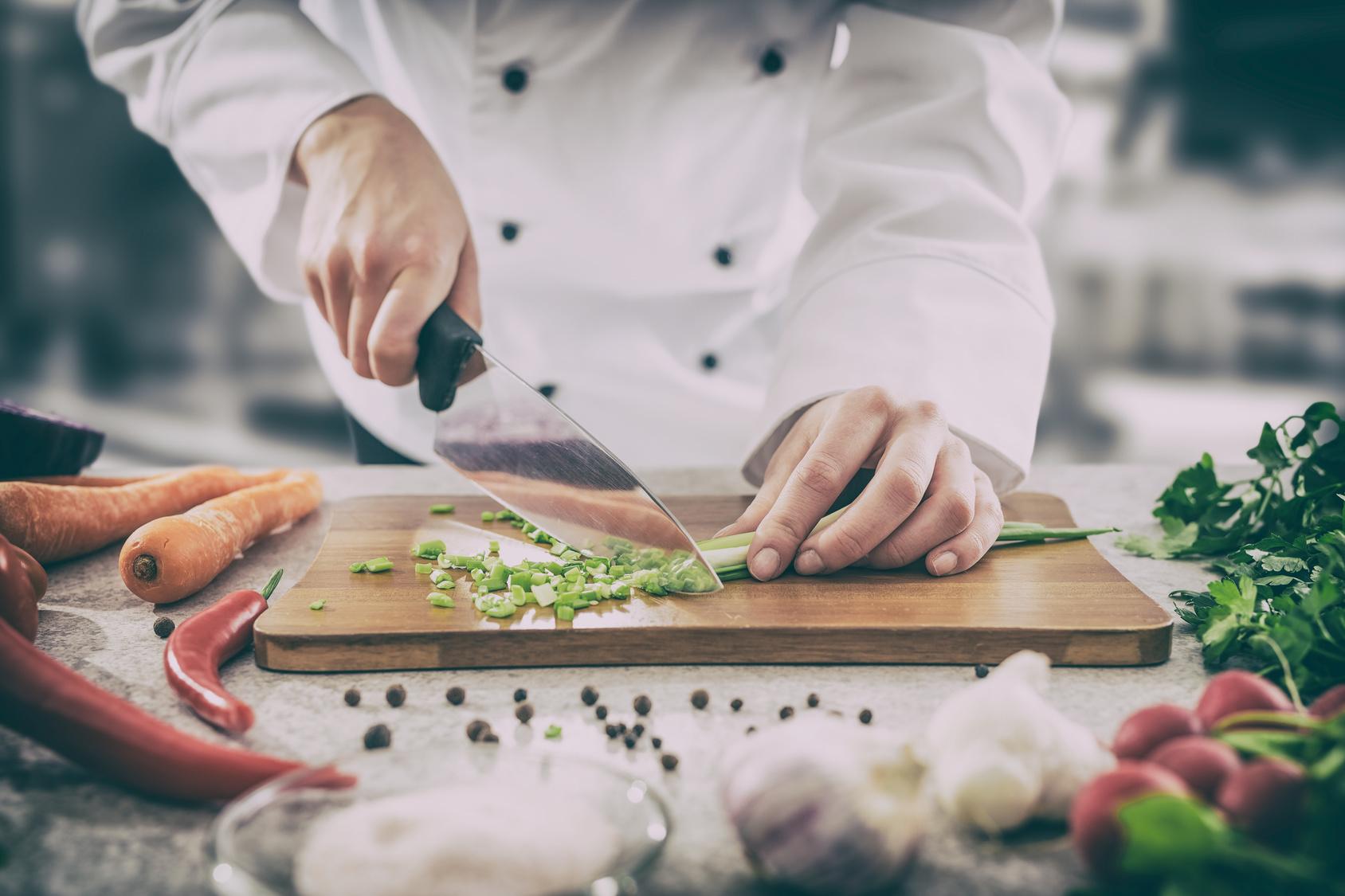 kuchnia kucharz gotowanie warzywa dieta - Fotolia