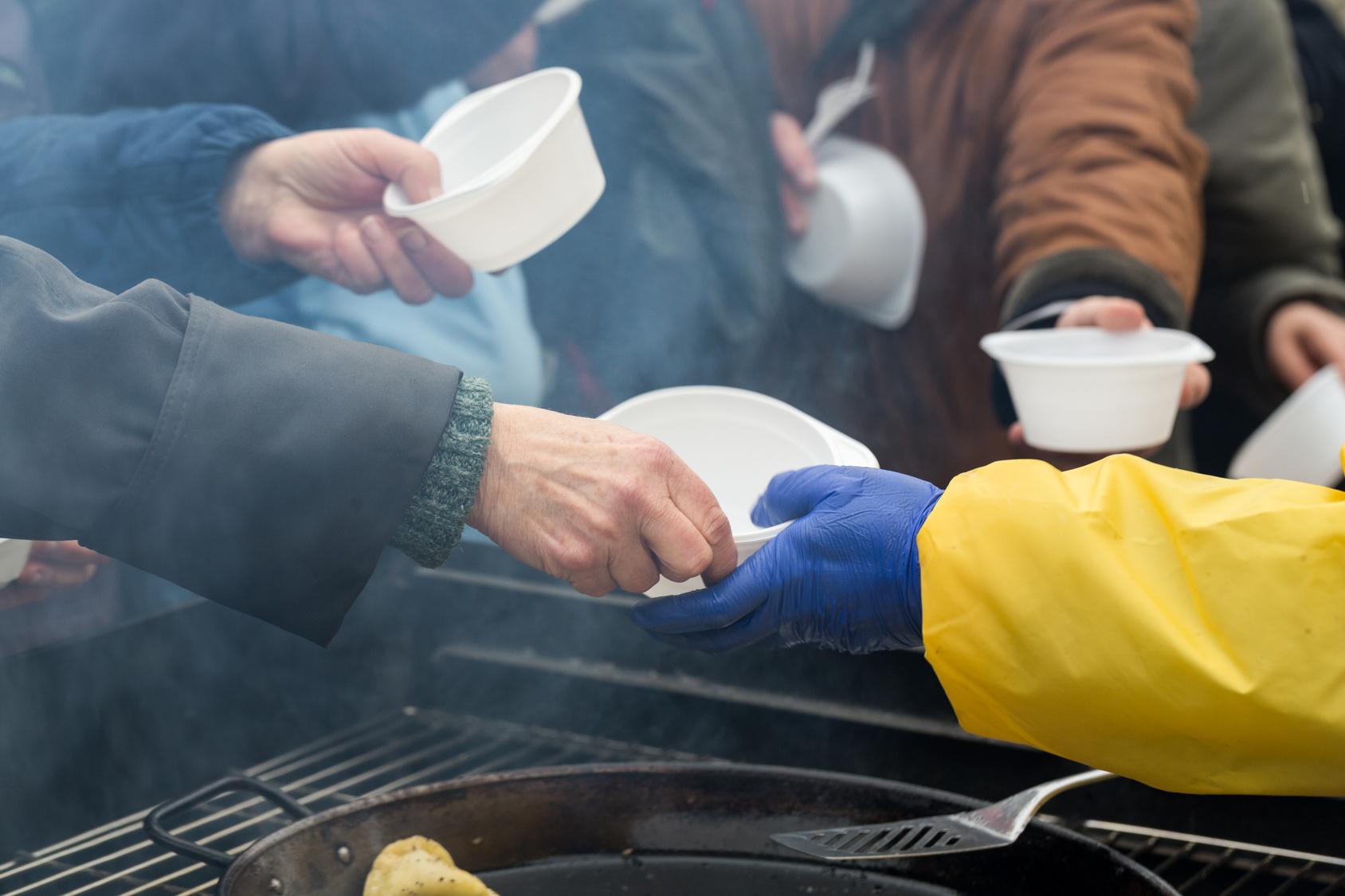 bezdomny bezdomni zupa ogrzewanie - Archiwum