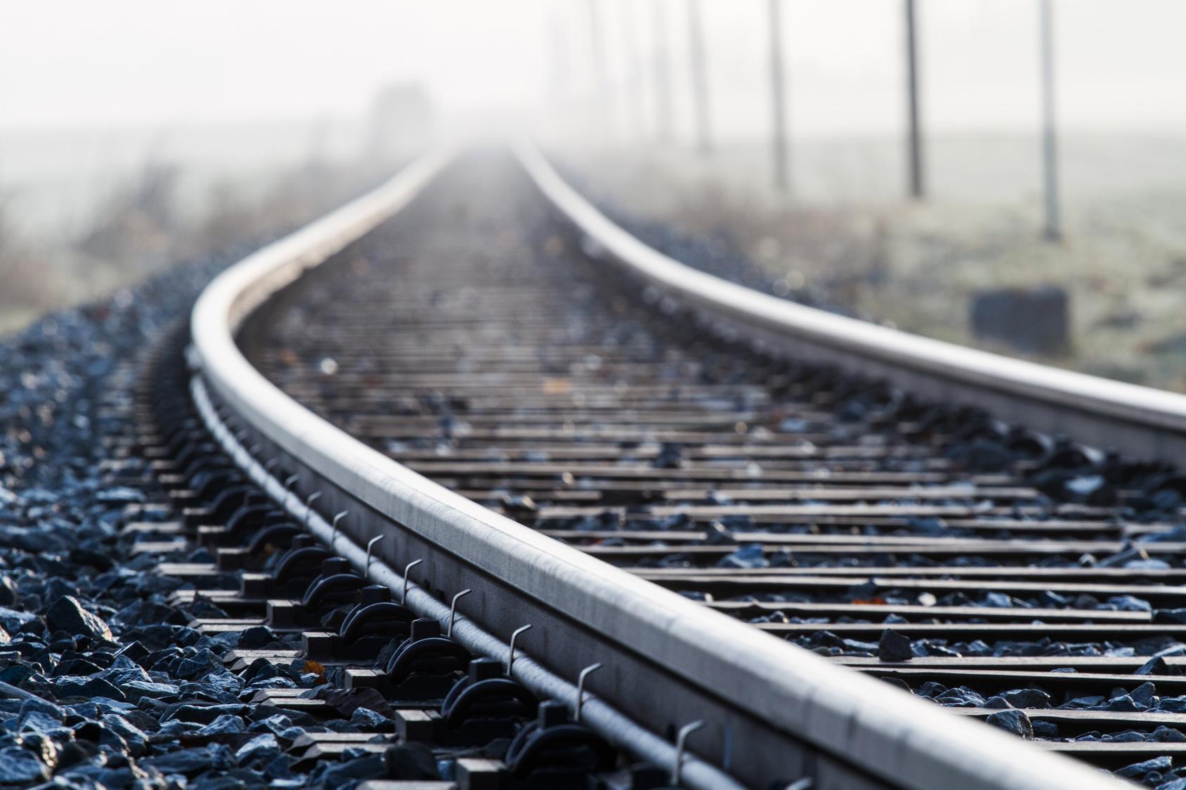 pociąg tory kolej - Fotolia