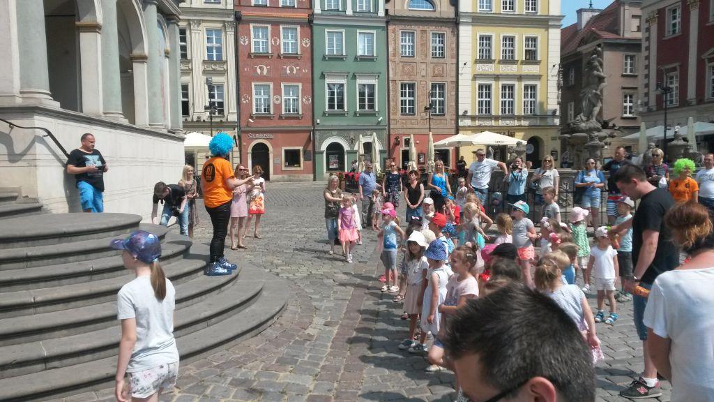 dzieci tańczą stary rynek - Jacek Butlewski