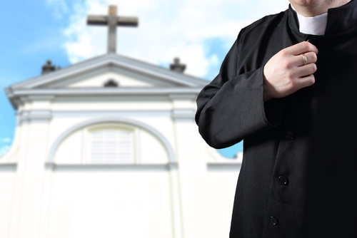 ksiądz kościół - Fotolia
