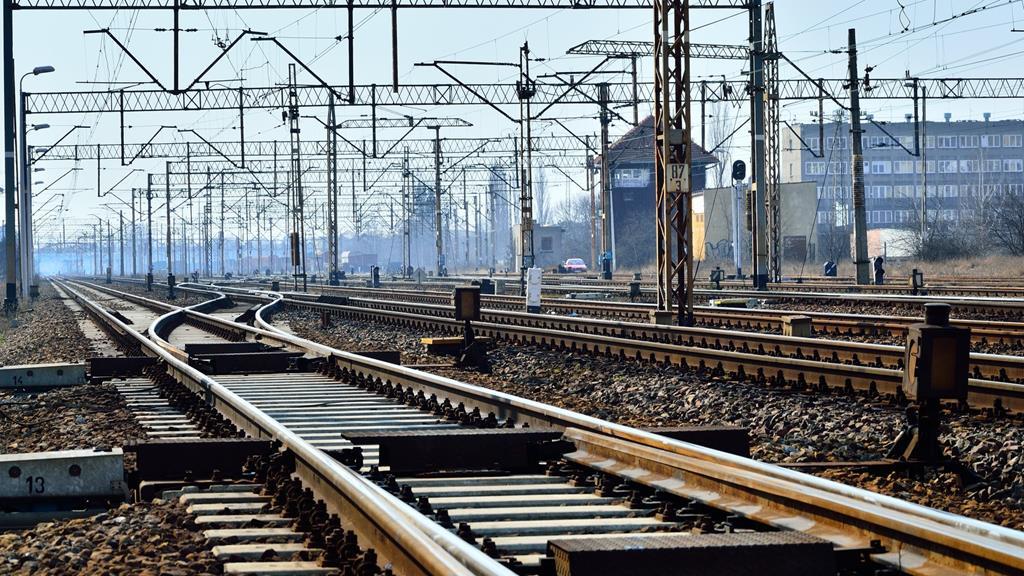 tory kolejowe sieć trakcyjna pociąg - Fotolia