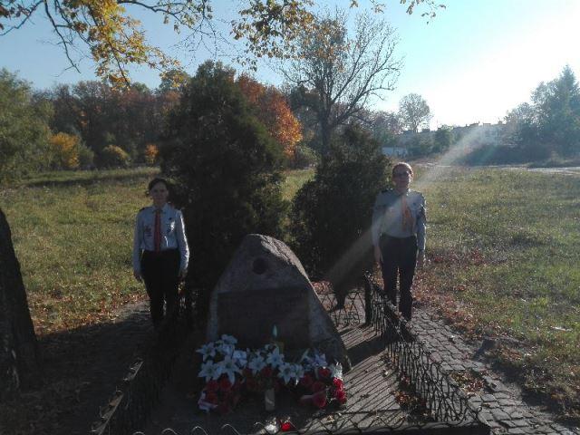 3 Drużyna harcerska i 3 Drużyna starszoharcerska Czarne stopy z Kościelca - Obelisk poświęcony pamięci harcerzy rozstrzelanych przez hitlerowców w Kościelcu
