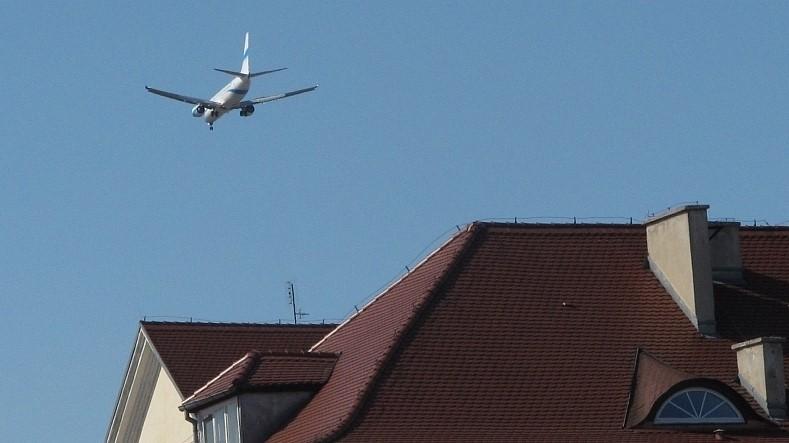 samolot nad dachami w powietrzu - Tom Foto