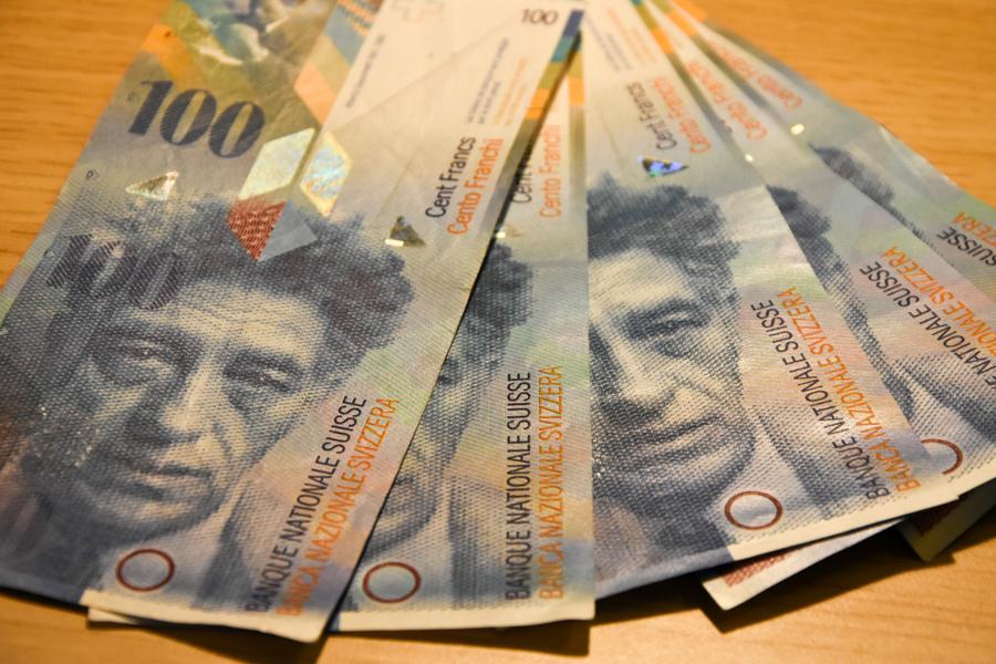 franki szwajcarskie banknoty pieniądze - Wojtek Wardejn