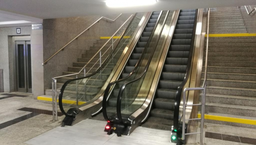 schody ruchome dworzec zachodni - Grzegorz Ługawiak