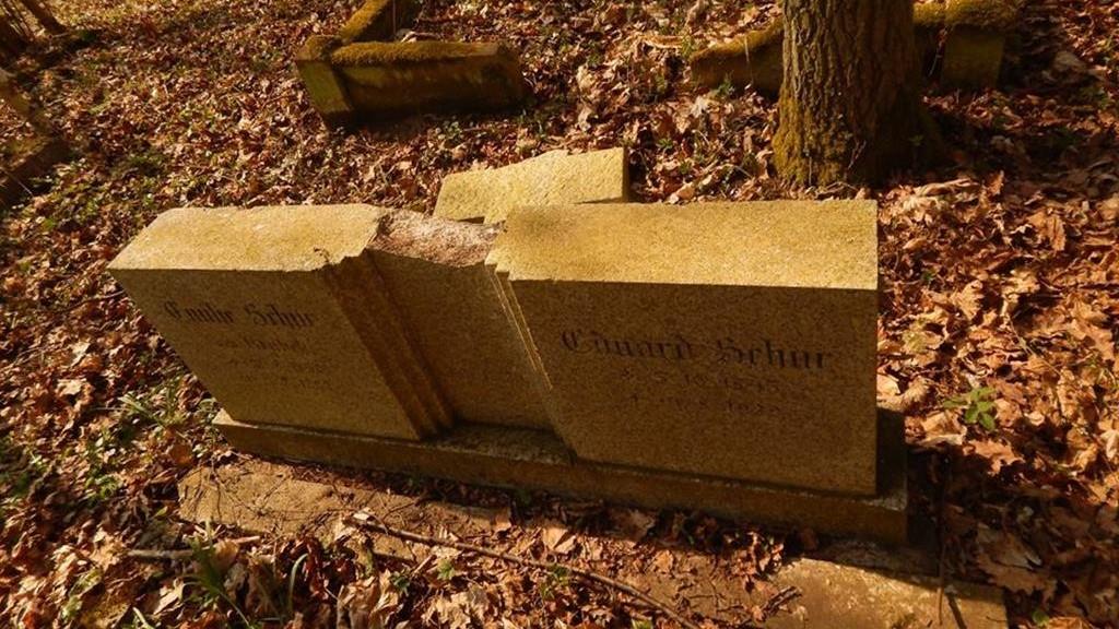 piła plecemin cmentarz wandale dewastacja zdewastowali - Przemysław Stochaj