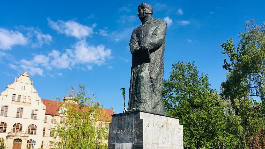 hulajnoga na pomniku adama mickiewicza - Adam Michalkiewicz