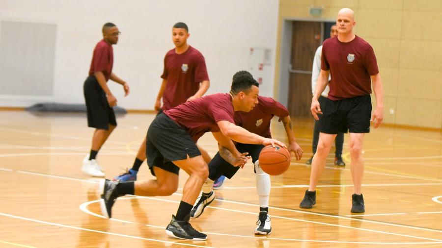 mecz koszykówki z amerykańskimi żołnierzami charytatywny  - Wojtek Wardejn
