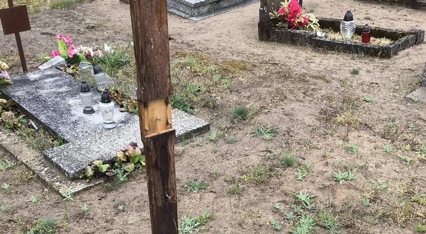 dewastacja Piłka cmentarz - ks. Daniel Wachowiak - Twitter