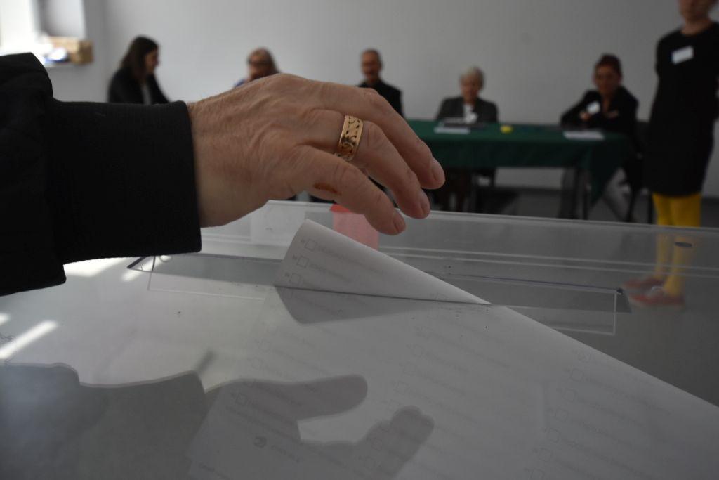 głosowanie urna ręka głos wybory - Wojtek Wardejn