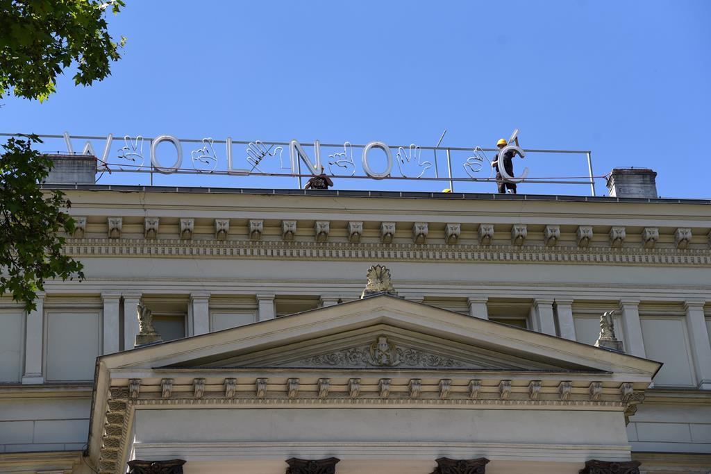 neon wolność na placu wolności - UMP