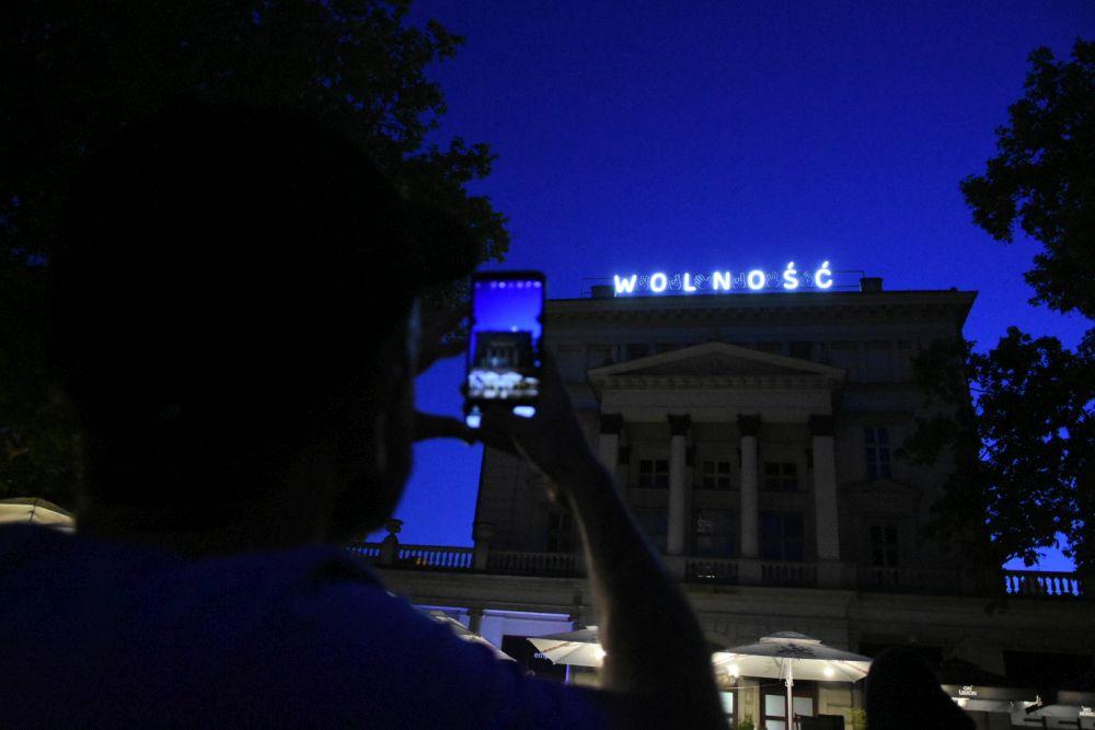 neon wolność na placu wolności - Wojtek Wardejn