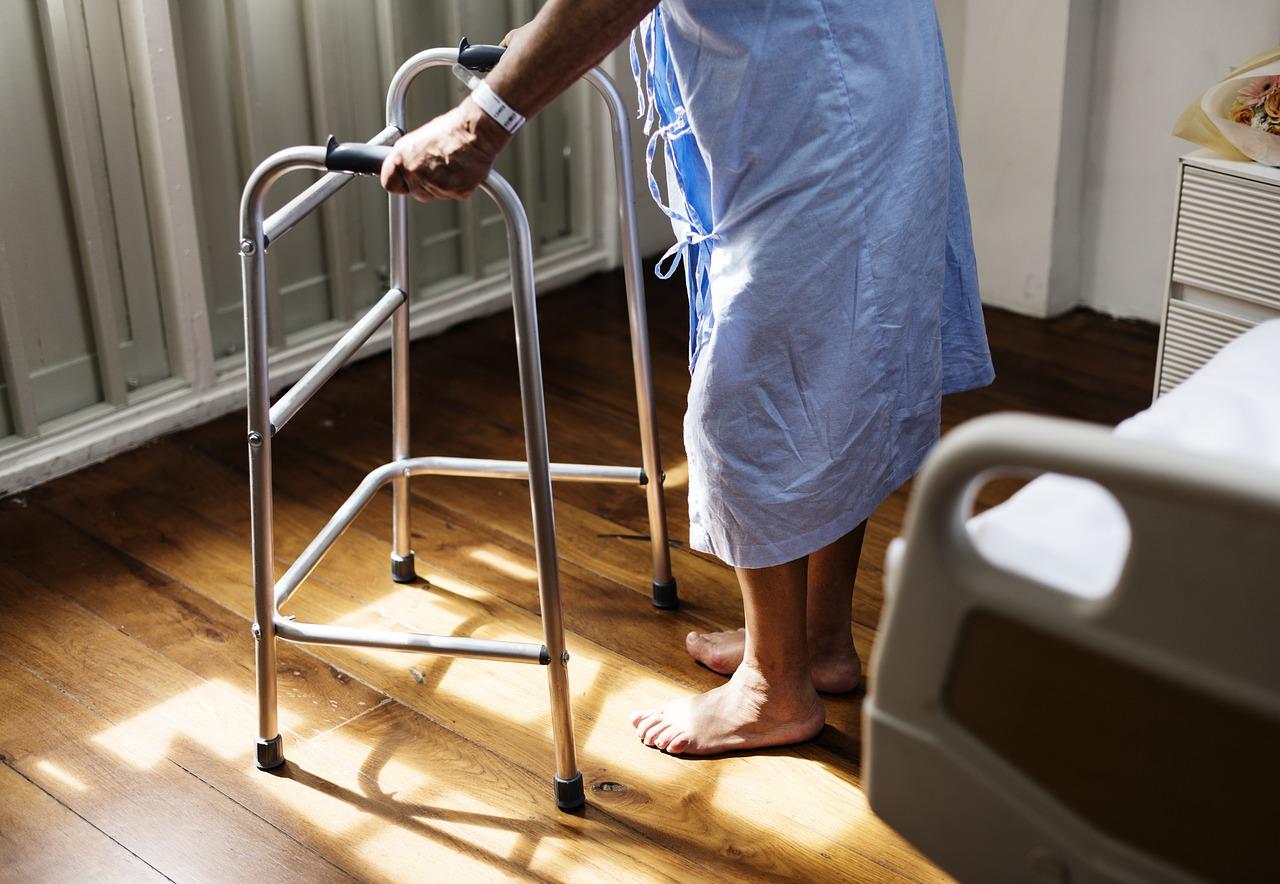 seniorzy opieka zdrowotna leczenie rehabiliutacja - pixabay