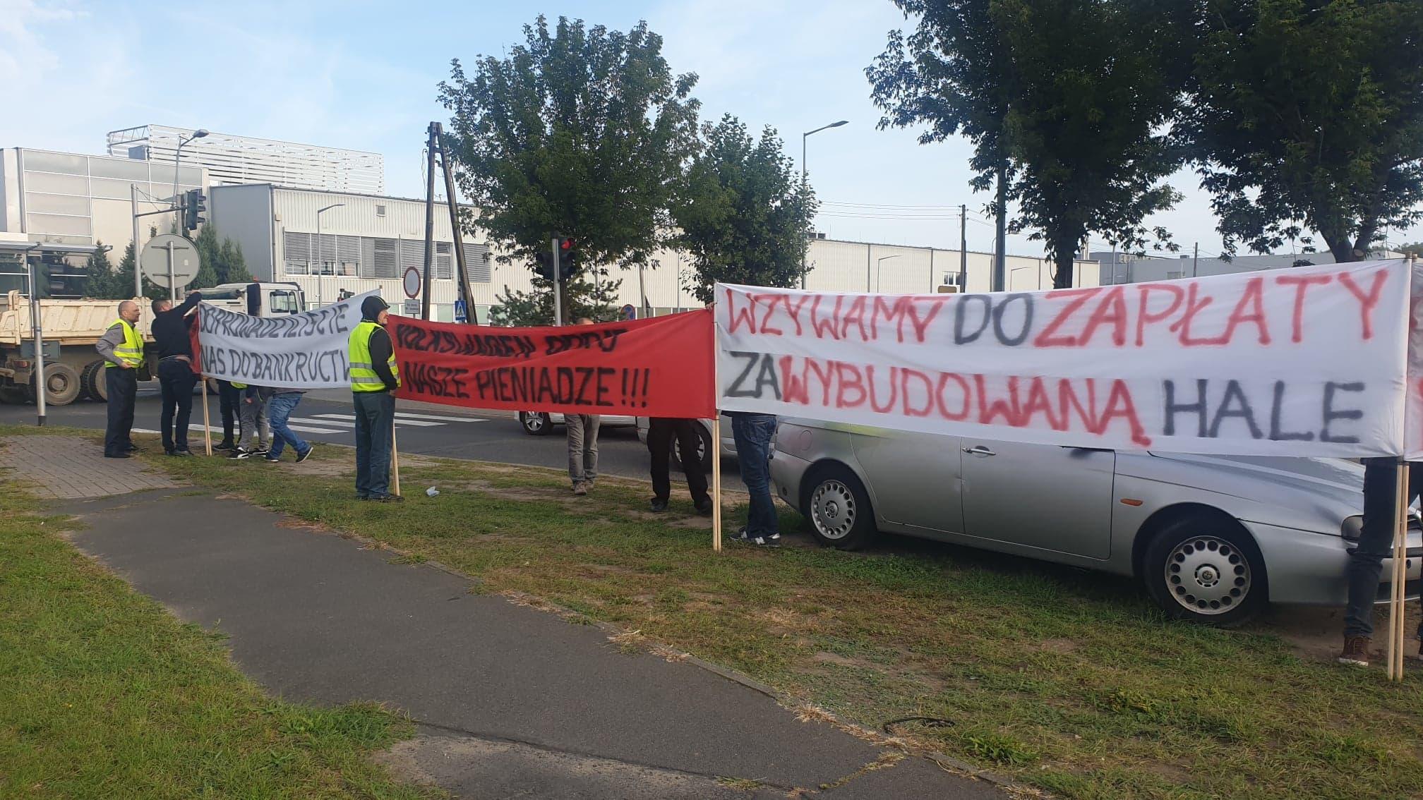 pikieta pod volkswagenem wykonawcy chcą pieniędzy za halę - Michał Jędrkowiak