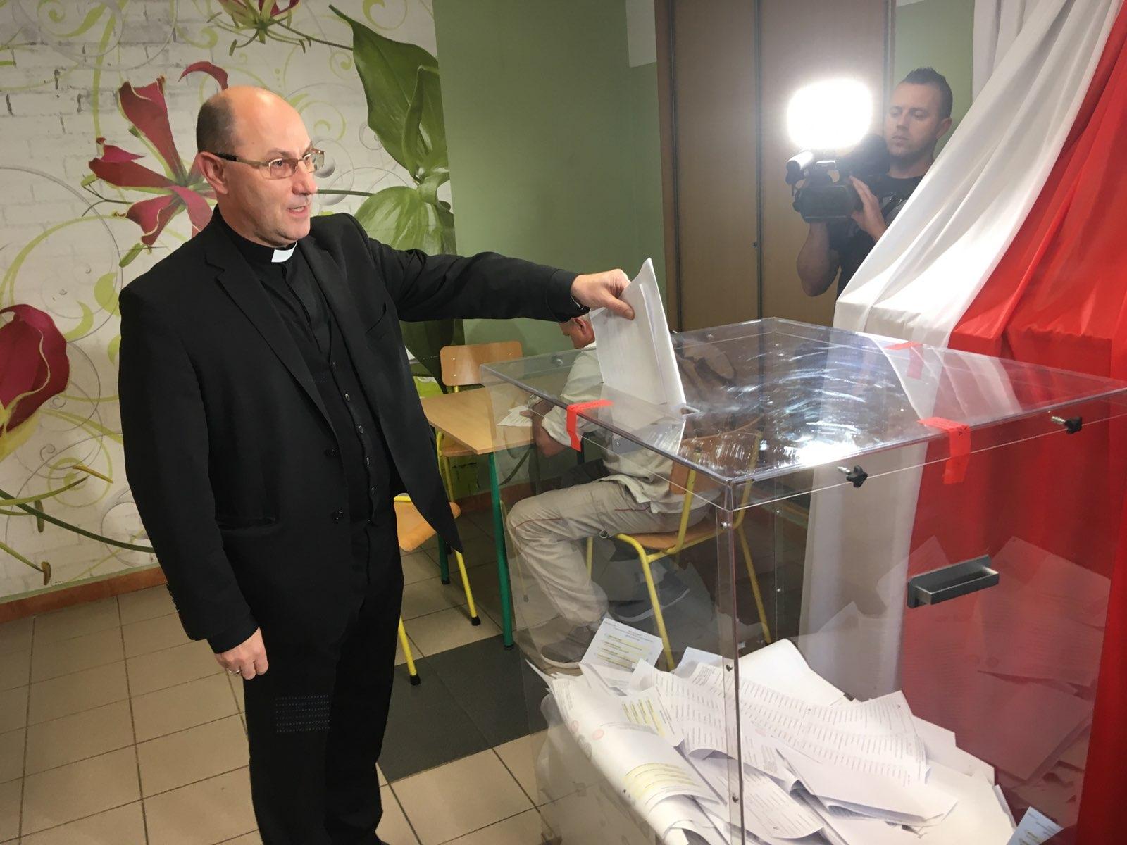 arcybiskup gnieźnieński Wojciech Polak głosuje 2019 - Rafał Muniak
