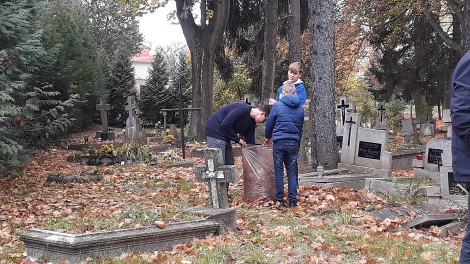 Pilska młodzież sprzątała cmentarz - FB: Pilska Młodzież