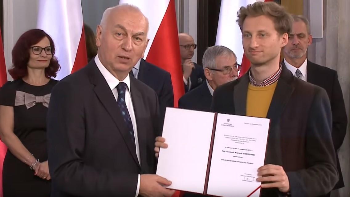 Franek Sterczewski odebranie zaświadczenia o wyborze na posła  - YouTube/PKW