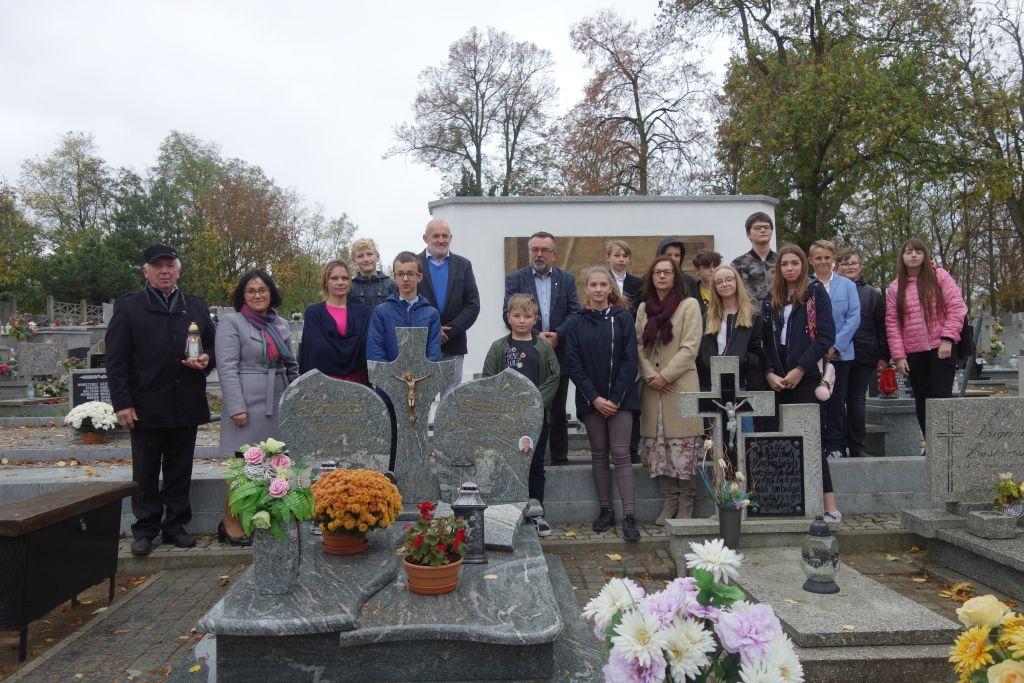 Trzemeszno, mogiła ofiar II wojny światowej, uczniowie i nauczyciele Szkół Podstawowych nr 1 i 2 oraz mieszkańcy miasta