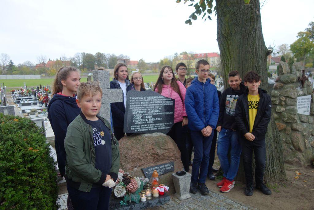 Obelisk poświęcony pamięci ks. Mateusza Zabłockiego, uczniowie Szkół Podstawowych nr 1 i 2 w Trzemesznie