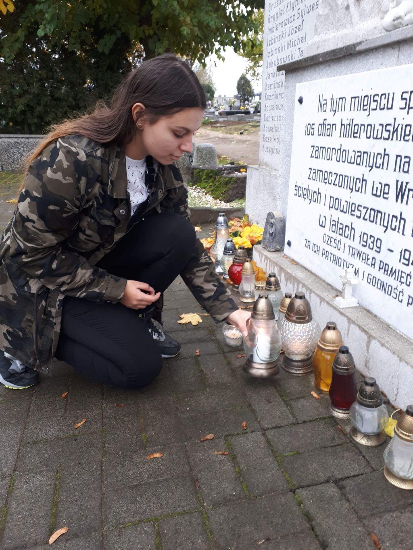 Znicze pamięci zapalili uczniowie z III LO im. Jana III Sobieskiego w Gnieźnie