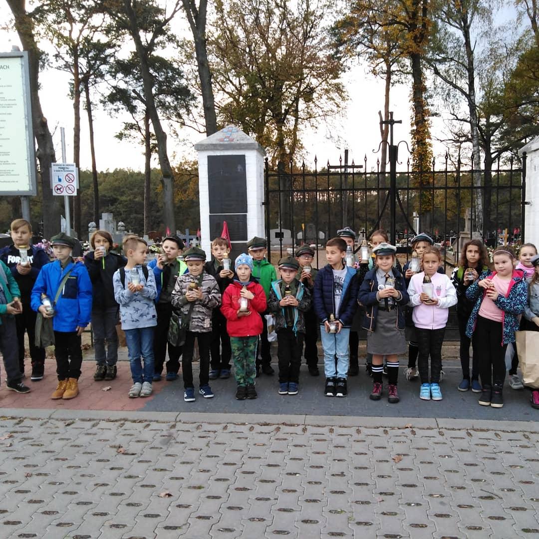 Zuchy z 17 SGZ SuperPandy zapaliły znicze pamięci na cmentarzu w Skokach