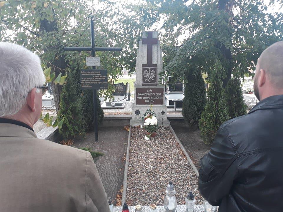 Znicze zapalone w Miejscach Pamięci Narodowej w Pleszewie i okolicach: pod pomnikiem 7 Polaków rozstrzelanych w Boreczku, pod pomnikiem 300 zabitych w obozie pracy w Łaszewie, pod tablicą pamiątkową ku czci zamordowanych na gestapo przy ul. Sienkiewicza w