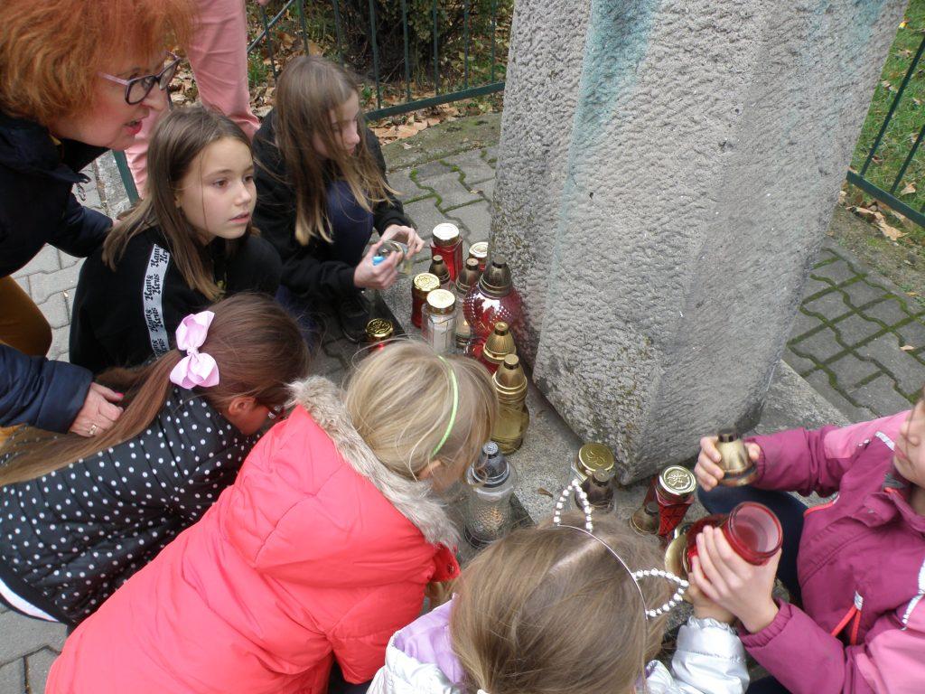 Wychowankowie i nauczyciele wspólnie z dyrektorem OJ nr 2 zapalili symboliczny znicz pamięci pod pomnikiem harcerzy poległych w II Wojnie Światowej. Pomnik znajduje się na terenie Ogrodu Jordanowskiego Nr 2 przy ulicy Bukowskiej.