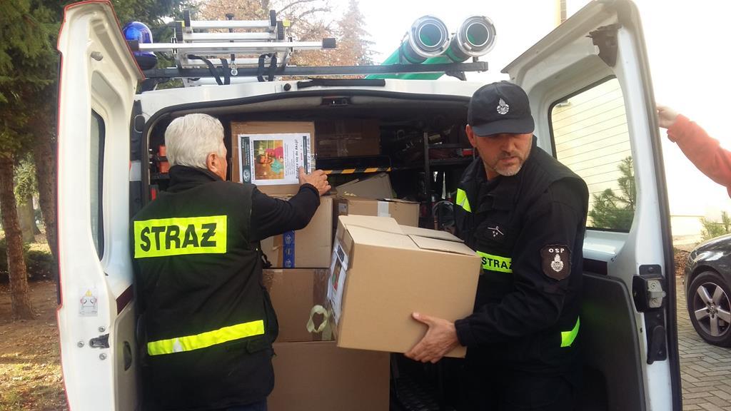 strażacy z darami do afryki opatrunek na ratunek - Magdalena Konieczna