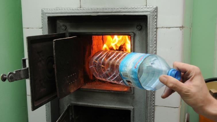 palenie plastiku w piecu - regiodom.pl