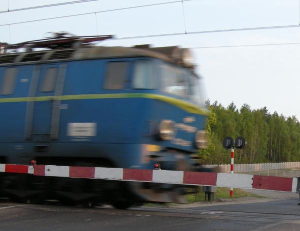 pociąg pędzi przejazd - TomFoto