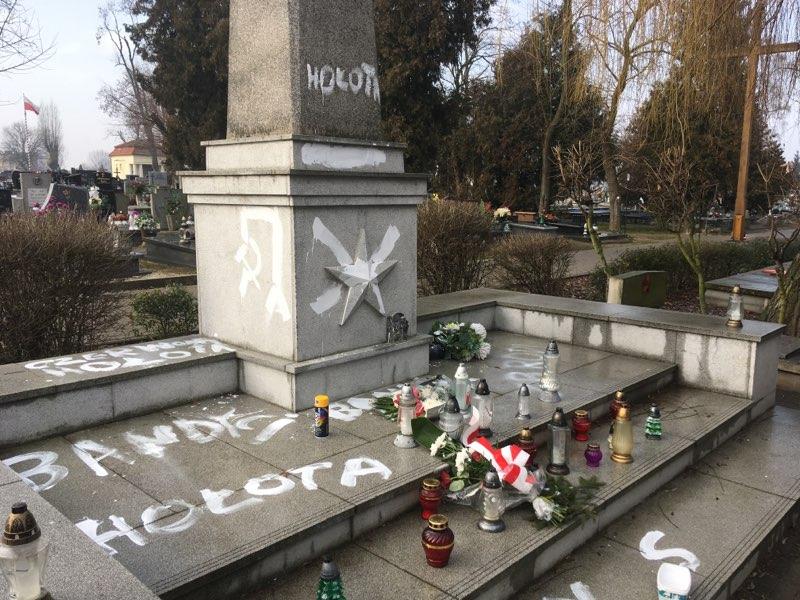 zdewastowany pomnik żołnierzy armii radzieckiej w Gnieźnie - Rafał Muniak