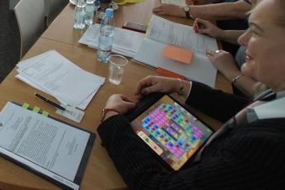 wodzińska gra na tablecie w czasie dyskusji  -  Urząd Marszałkowski Województwa Wielkopolskiego