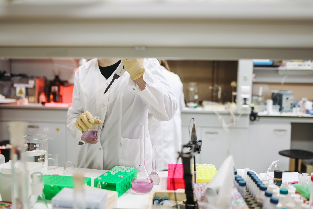 laboratorium badanie koronawirus - Pexels