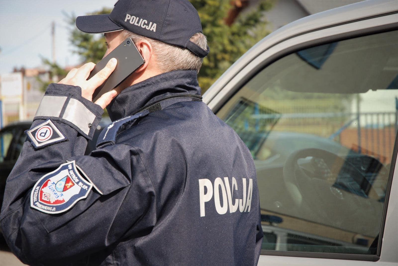 policja wypisuje mandaty policjant telefon kontrola  - Wielkopolska Policja