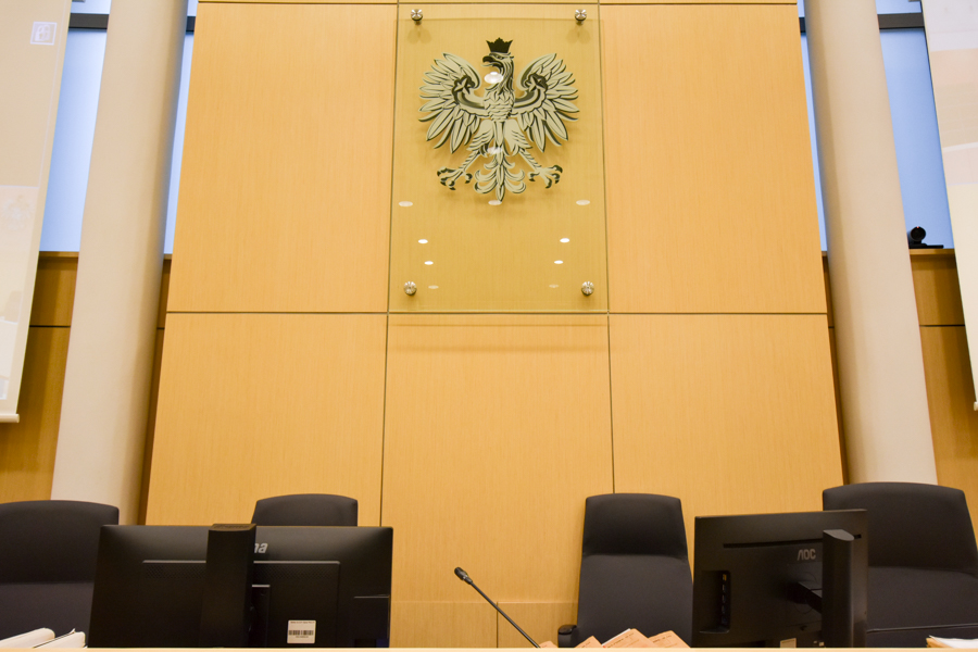 sąd sala sądowa - Wojtek Wardejn