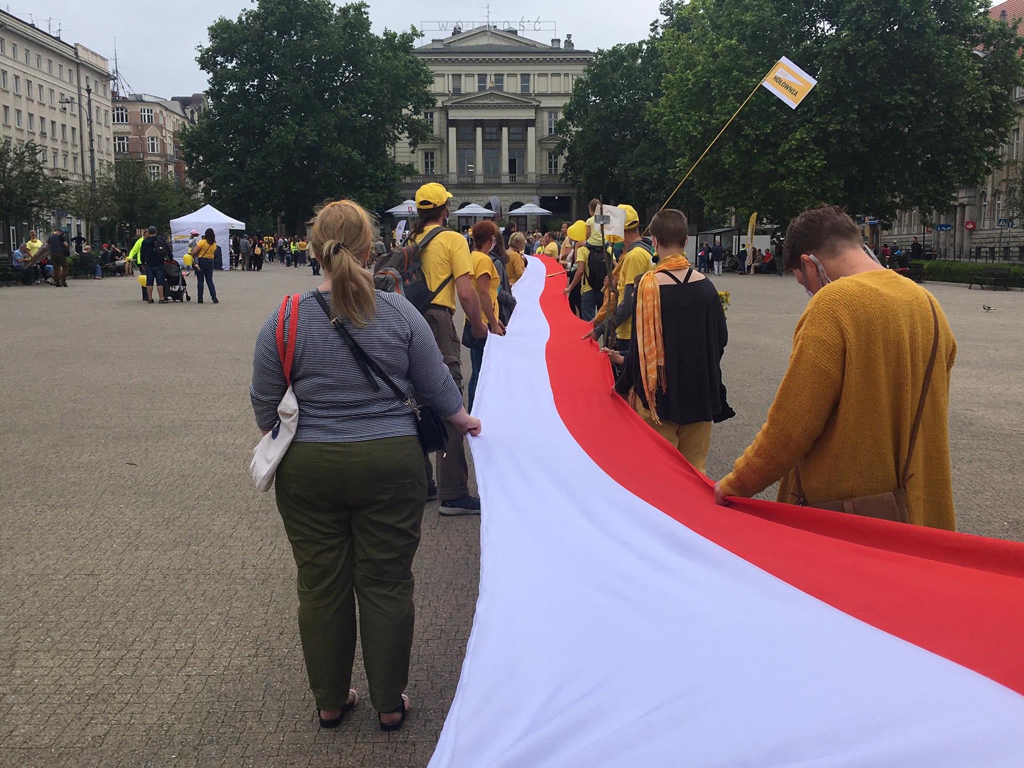 Sympatycy Hołowni rozwinęli ogromną flagę na placu Wolności - Jacek Butlewski