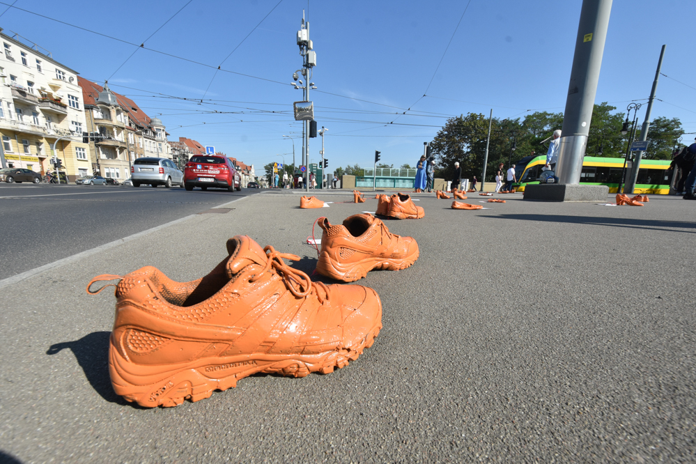 Pomarańczowe buty na Moście Teatralnym - Wojtek Wardejn
