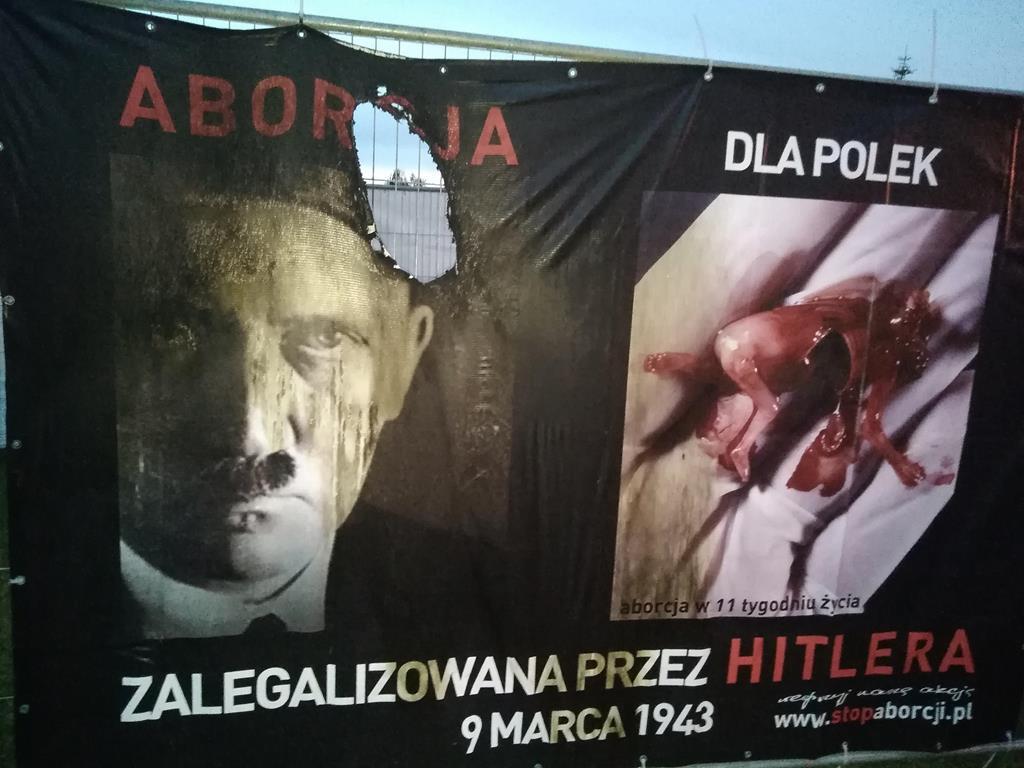 Uszkodzone plakaty antyaborcyjne w Wolsztynie - Adam Brawata