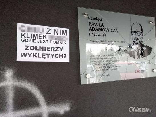 Tablica upamiętniającą P. Adamowicza zdewastowana ostrów - UM Ostrów Wielkopolski