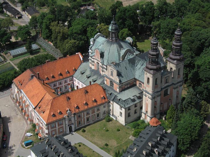 klasztor w lądzie - Zbigniew Tomczak - Archiwum WSD w Lądzie, CC BY-SA 3.0, https://commons.wikimedia.org/w/index.php?curid=5106435